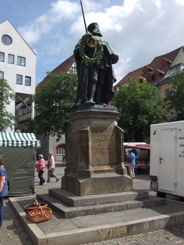 statue_auf_dem_Erfurtermarktplatz