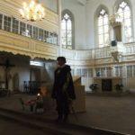 Stadtführer in Kirche