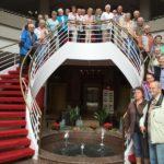 Teilnehmer auf Hoteltreppe